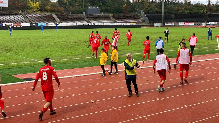 Les joueurs de Valence rentrent sur le terrain après avoir célébré leur 3ème but en toute fin de match