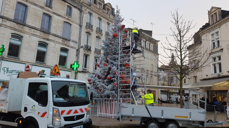 Les décorations de Noël sont en pleine installation à Niort