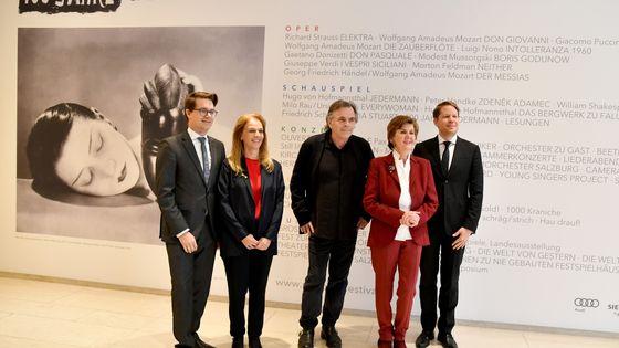 Au centre en noir, Markus Hinterhäuser, directeur artistique et à sa droite en rouge Helga Rabl-Stadler, présidente du festival de Sazlbourg lors de la conférence de presse de présentation de l'édition du centenaire
