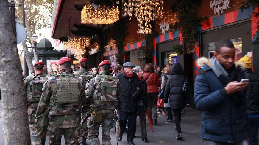 Suite aux attentats depuis 2015, des militaires de l'opération Sentinelle continuent de patrouiller comme ici boulevard Haussmann à Paris.