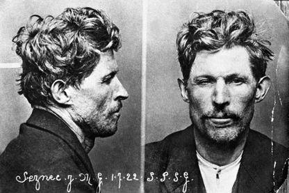 Montage de deux photos d'identité judiciaire, face et profil, datées des années 20 de Guillaume Seznec, condamné aux travaux forcés à perpétuité en 1924 pour le meurtre du conseiller Quemeneur