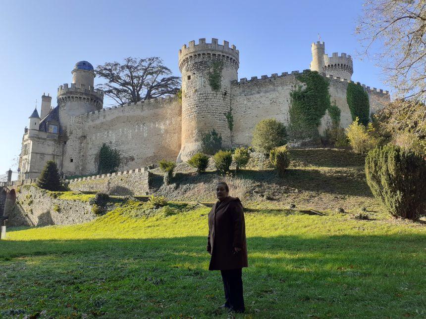 Alice-Marie Florit devant le majestueux château de Veauce dans l'Allier