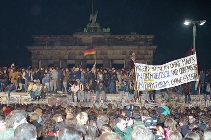 Photo prise le 10 novembre 1989 : fête sur le Mur de Berlin au lendemain de sa chute