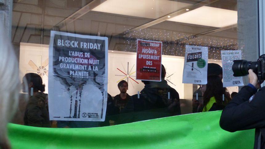 Les manifestants ont investi l'Apple Store rue Sainte-Catherine