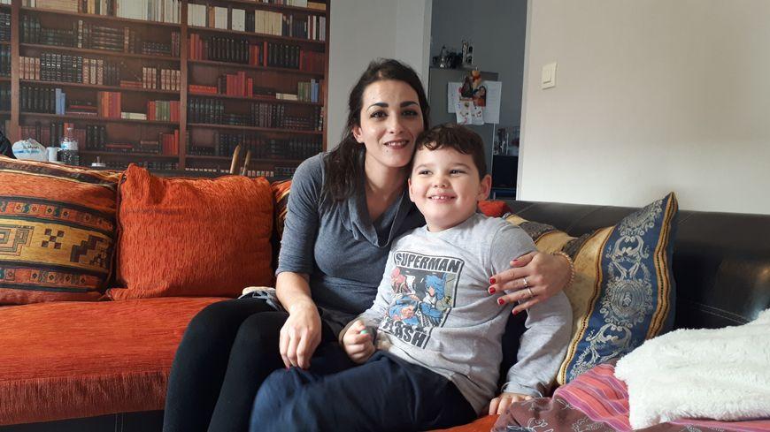 Marianne et son fils, Khalis, bientôt 5 ans, scolarisé depuis cette rentrée en maternelle, uniquement les matins grâce à une AVS qui est à ses côtés 12 heures par semaine