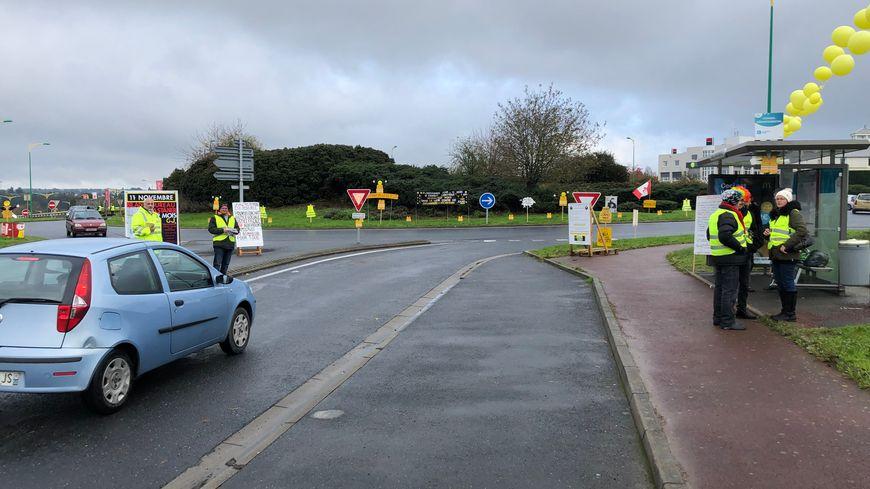 Moins d'une centaine de gilets jaunes étaient rassemblés à Saint-Lô ce samedi matin
