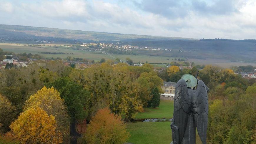 La vue de la vallée de la Marne depuis le sommet du Mémorial de Dormans.