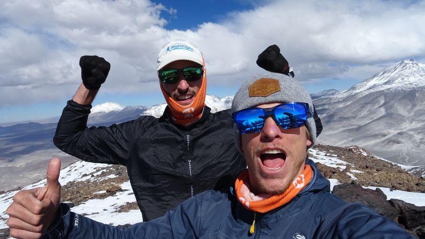Antoine Retours (à gauche) et Etienne Loisel en route vers le sommet