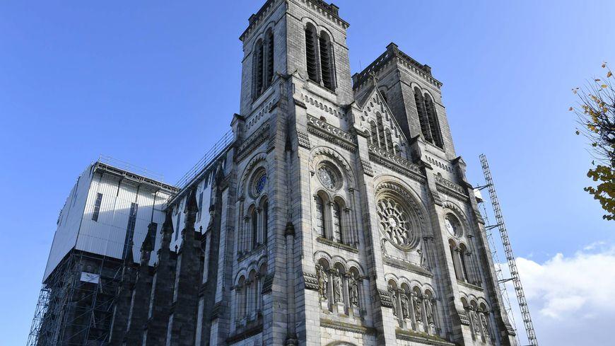 La basilique Saint-Donatien (architecte : Émile Perrin) a été inaugurée en 1898.