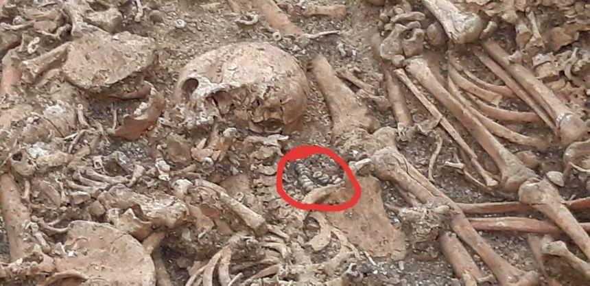 Certains corps ont été enterrés avec des bijoux, comme ce collier entouré en rouge