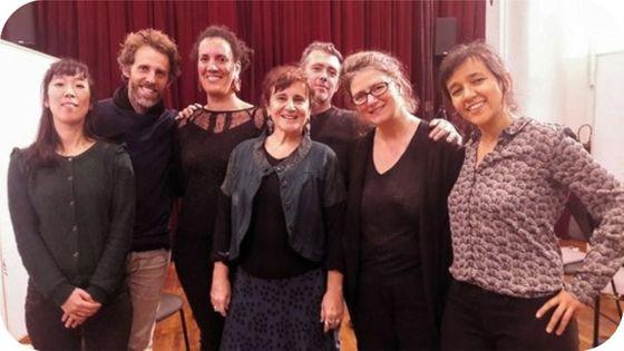 Au centre : Anne Montaron, Majdouline Zerari (à gauche d'Anne Montaron), Violeta Cruz (à droite de la photo) et les musiciens de l'ensemble L'Instant Donné
