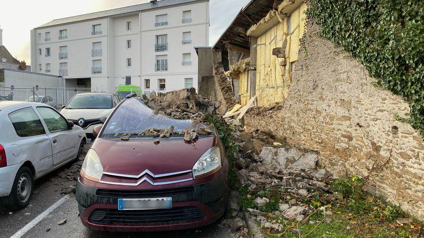 Quatre voitures endommagées par l'effondrement d'un mur sur le parking de Lidl à Rezé.