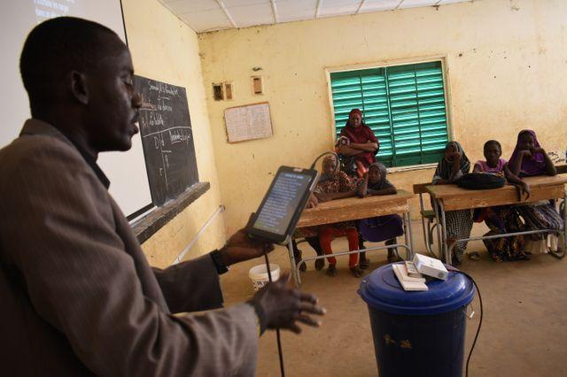"""A l'école Tondibiah, à Niamey, au Niger, l'UNICEF a offert 30 tablettes dans le cadre de son programme """"mon école numérique"""". 9 novembre 2019."""