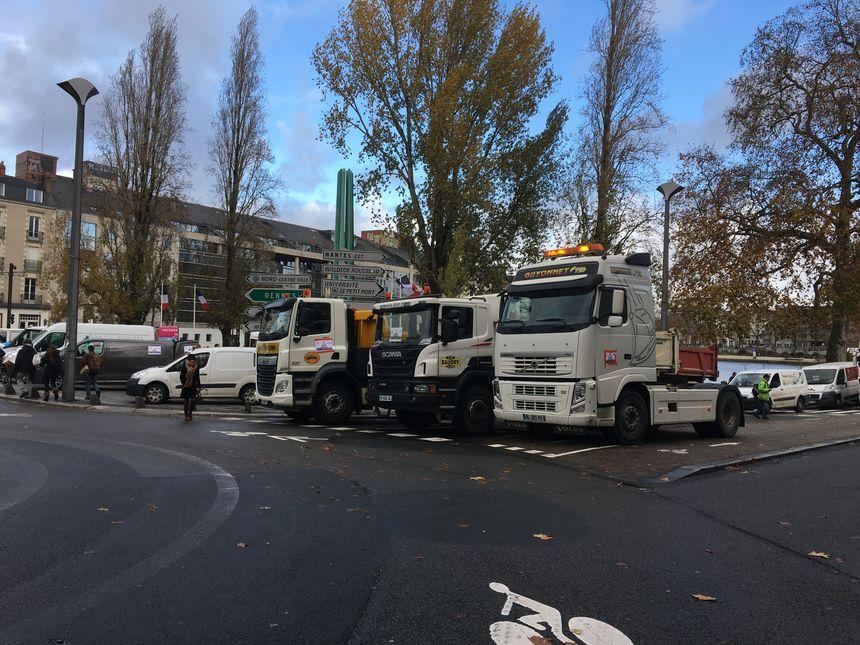 Les camions des artisans ont bloqué une partie de la circulation près de la préfecture à Nantes.