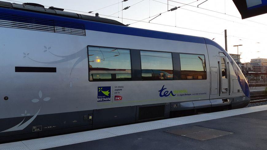 Un TER Région Bretagne en gare.