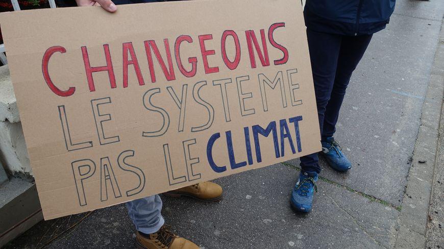 La marche a débuté à 10h du matin ce vendredi devant le lycée Chopin à Nancy