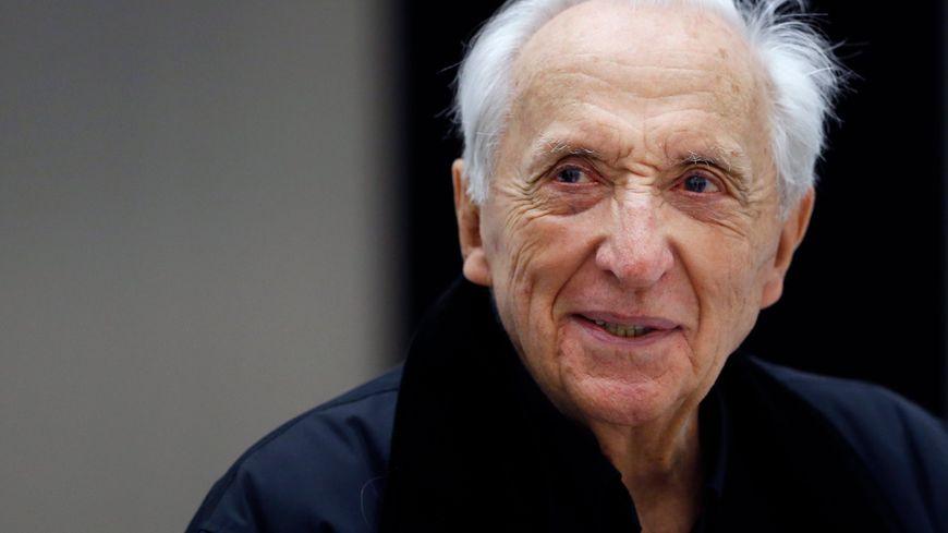 Né à Rodez en 1919, Pierre Soulages est arrivé à Montpellier en 1941, s'est marié à Sète en 1942, et a vécu en alternance dans l'Hérault depuis