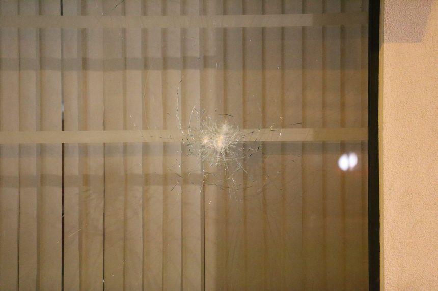 Un impact contre une des vitres de la compagnie de gendarmerie de Mulhouse.