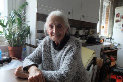 Gilberte Morel chez elle à Arras. A 85 ans, elle a attaqué Enedis en justice pour factruration abusive suite à la pose d'un compteur Linky.