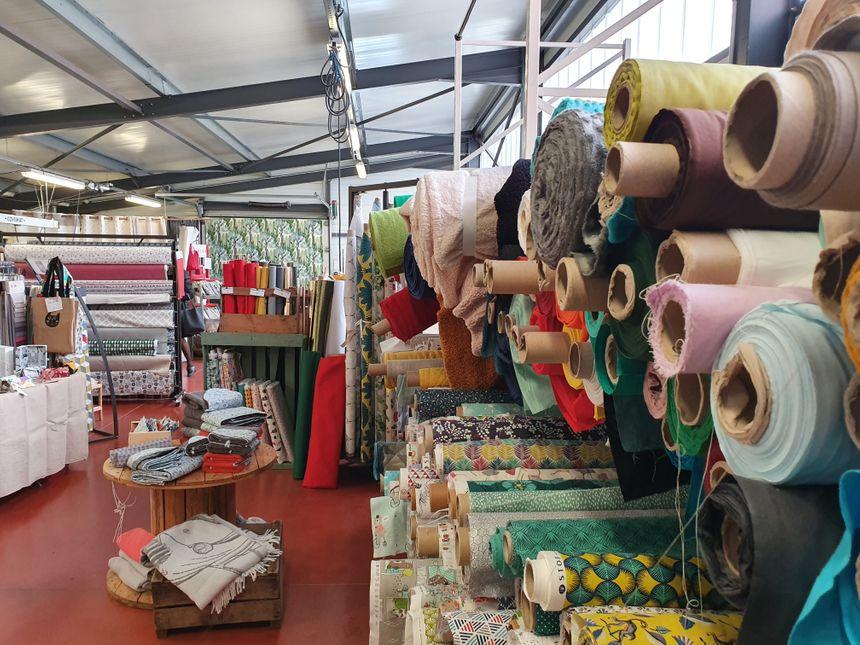 Les innombrables rouleaux de tissus de toutes sortes (coton, sherpa...)