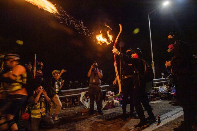 Un manifestant tire une flèche enflammée (12/11/2019)