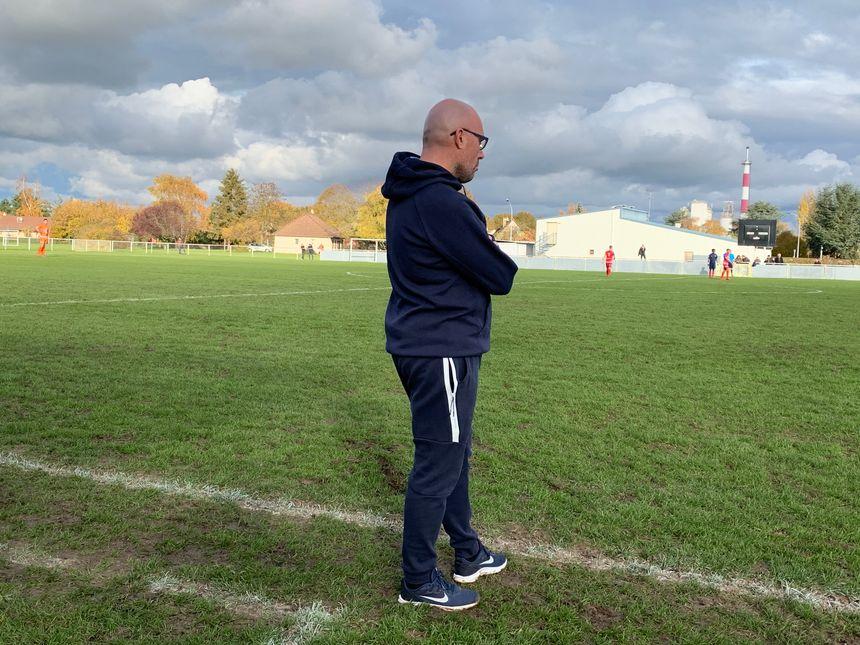 Sébastien DUBROCA l'entraîneur de la réserve déplore le manque d'agressivité et d'intensité y compris des joueurs professionnels