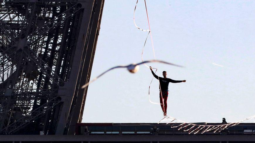 Nathan Paulin en 2017 entre la Tour Eiffel et le Trocadéro