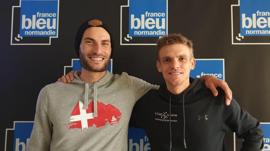 Antoine Retours (à gauche) et Etienne Loisel dans les locaux de France bleu Normandie