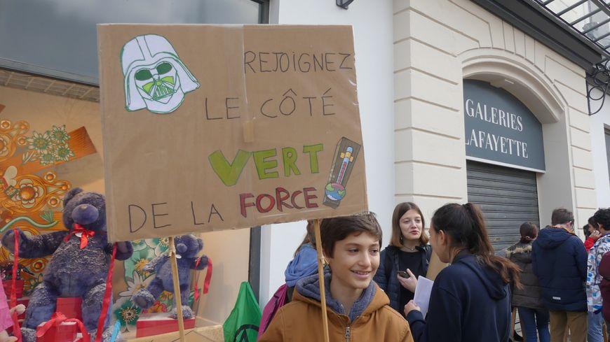 """Le rassemblement contre le """"Black Friday"""" devant les Galeries Lafayette de Bayonne"""