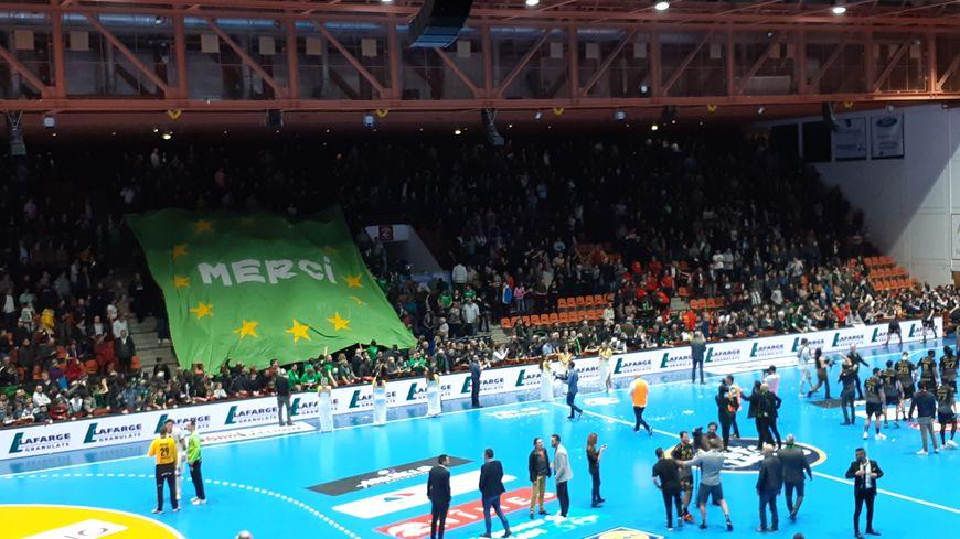 Une banderole de supporters de l'USAM déployée au Parnasse à Nîmes.