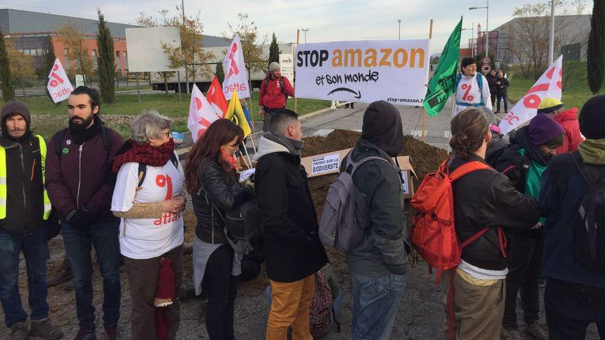 Les manifestants devant le site Amazon de Montélimar, dans la Drôme.