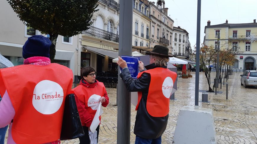 Les bénévoles de l'antenne landaise de la Cimade s'activent pour coller les plaques dans les rues de Mont-de-Marsan.