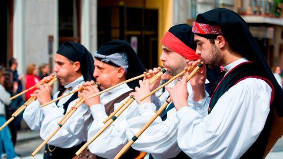 Des joueurs de launeddas - instrument à vent traditionnel sarde, lors de la fête de Sant 'Efisio, à Cagliari en Sardaigne