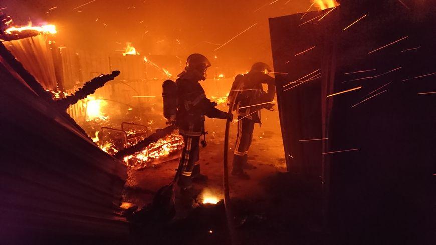 Le bâtiment de 800 m2 a été la proie des flammes