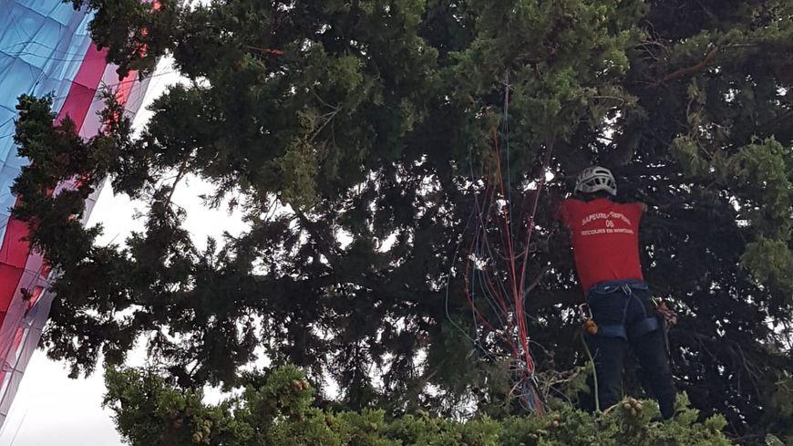 Dix pompiers ont secouru une femme qui a raté son atterrissage en parachute ce vendredi