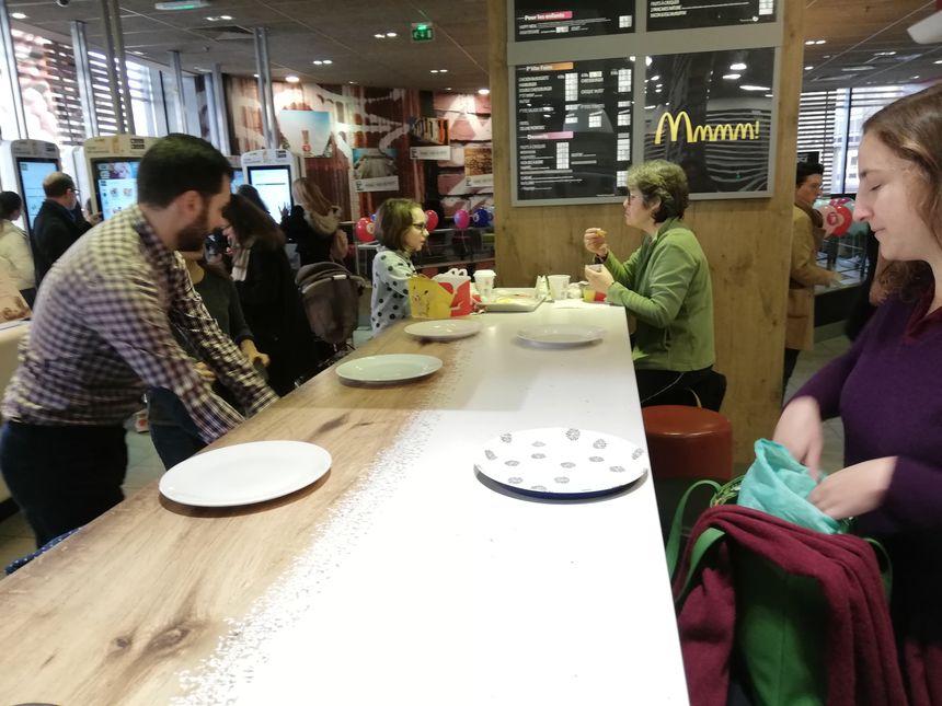Les membres de l'association avaient apporté leur assiettes, couverts