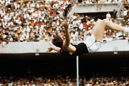 Dick Fosbury ; athlète américain de saut en hauteur, pionnier dans le perfectionnement du saut an rouleau dorsal (flip-flop style) pour lequel il a remporté un titre olympique lors des JO de Mexico en 1968.