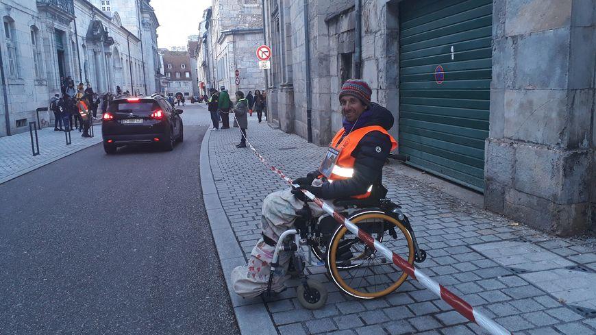 Opération sensibilisation ce mardi soir rue du Lycée, à la sortie du collège Victor-Hugo, dans le centre-ville de Besançon.