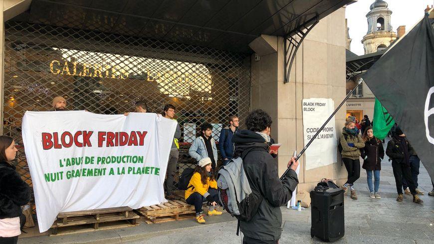 Le mouvement Extinction Rebellion bloque ce vendredi matin les entrées des Galeries Lafayette à Rennes