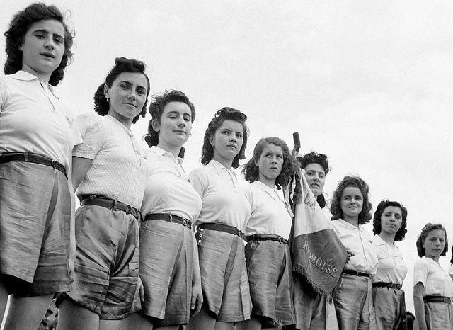 1941. De jeunes sportives à Issoire, dans le Puy-de-Dôme, France