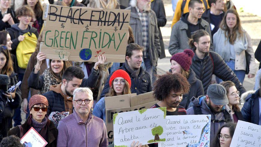 Plusieurs centaines de personnes ont manifesté ce vendredi après-midi à Nantes pour dénoncer le réchauffement climatique.