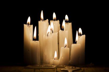 Des bougies qui brillent et se consument dans le noir