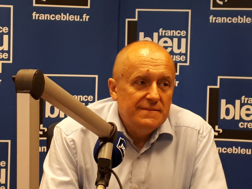 Thierry Bourguignon a passé une partie de la journée de samedi dans l'école vandalisée