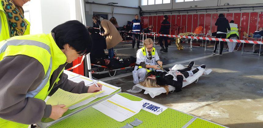 Le SAMU et la pompiers au chevet des -faux- blessés dans le poste médical avancé