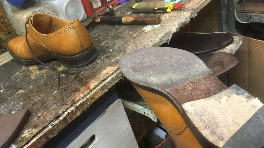 Des chaussures de marque sur la table d'opération