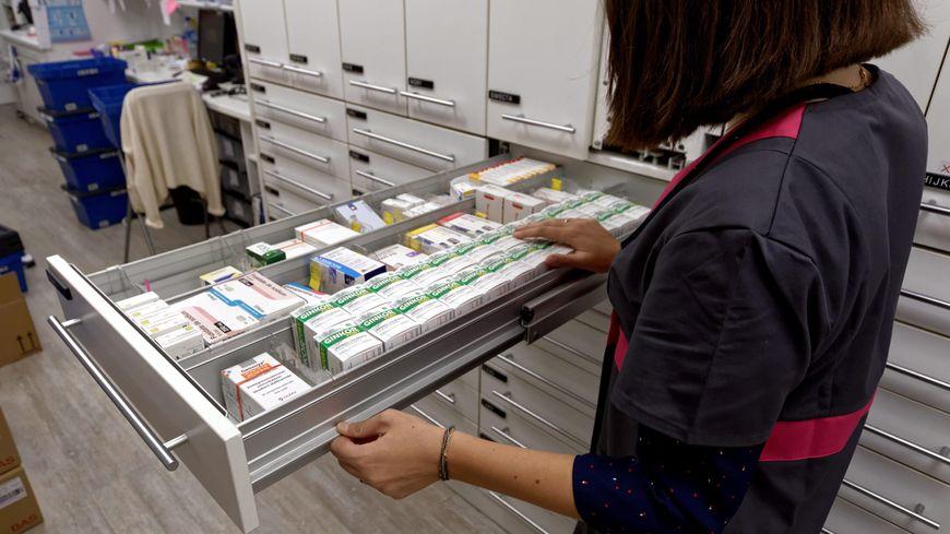"""La revue Prescrire a dévoilé le 28 novembre 2019 sa nouvelle liste d'une centaine de médicaments """"plus dangereux qu'utiles"""", à éviter en raison des risques sanitaires """"disproportionnés"""" qu'ils font courir aux patients."""