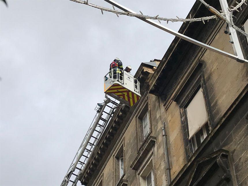 Les pompiers se sont rendus sur place pour examiner l'immeuble d'où sont tombées les pierres