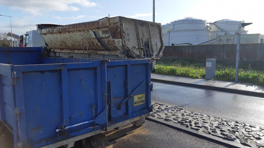 une benne et un camion au milieu de la route : suffisant pour assurer le blocage des dépôts de carburants de La Pallice à La Rochelle depuis jeudi soir.