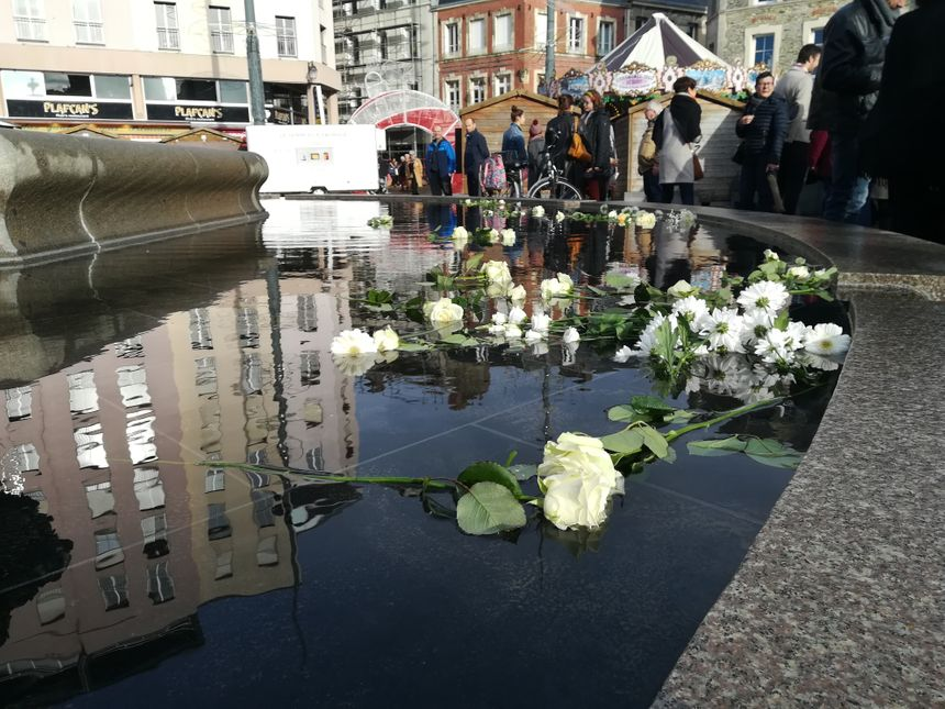 Au terme du rassemblement, restaient les roses déposées dans la fontaine, pour continuer de se souvenir des victimes.