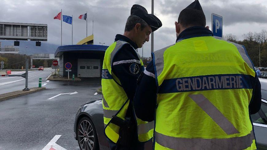 """Ce vendredi, plus de 750 gendarmes d'Auvergne-Rhône-Alpes sont mobilisés sur 175 points de contrôles dans le cadre de l'opération """"Blue Friday"""" comme ici à la douane de Bardonnex en Haute-Savoie."""